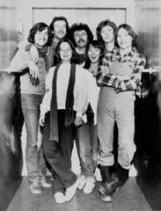 1981 - i en elevator på Sønderbro Hospital: Fra venstre: Klaus Kjellerup, Aage Hagen, Gitte Naur, Syre, Anne Dorte, Michael Bruun & Stanley (bemærk stilen: midterskilning, smækbukser & træskostøvler)