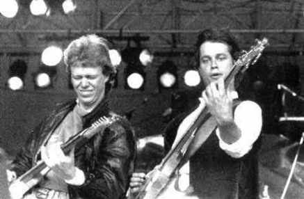 Roskilde Festival 1983: Et peak i Tøsedrengenes karriere. Foran 50.000 mennesker på Orange Scene gav gruppen en fantastisk koncert, som mange Roskilde-veteraner stadig kalder en af de største Roskilde-koncerter nogensinde. Billedet viser gruppens to hoved-komponister, Michael Bruun & Klaus Kjellerup, som stod for musikken til de fleste af gruppens hits.